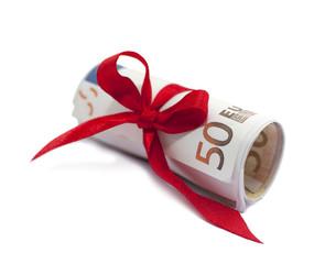 billets de 50 euros emballés dans un noeud rouge