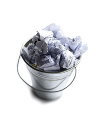 corbeille poubelle remplie de papier boulettes  déchets