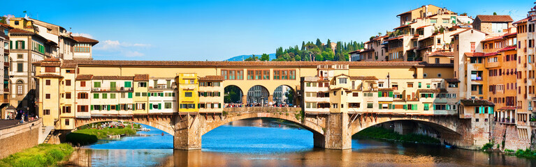 Panoramic view of Ponte Vecchio at sunset in Florence, Italy Fototapete