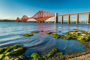 Fond de hotte en verre imprimé Pont Small bay near Firth of Forth Bridge in Scotland