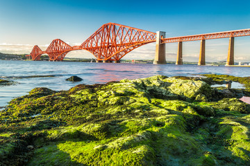 Fond de hotte en verre imprimé Pont Coast at low tide near the Firth of Forth Bridge in Scotland