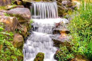 Image en HDR d'Une Petite Chute d'eau en cascade