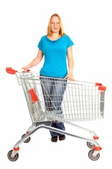 junge Frau mit leerem Einkaufswagen