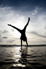 Fototapete - silhouette gymnast in water
