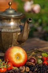 Arrangement mit herbstlichen Früchten