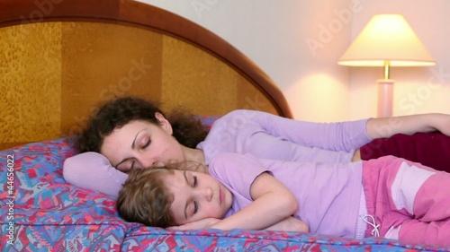 фото мами з сином в ліжку