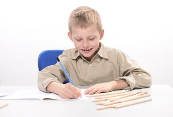 chłopiec rysujący kredkami