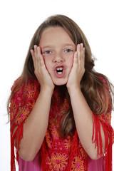 Dunkelhaariges Mädchen schreit mit Händen am Gesicht
