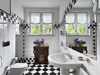 Bagno moderno in bianco e nero nel sottotetto u2013 kaufen sie dieses