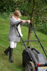 Mädchen hilft bei der Gartenarbeit