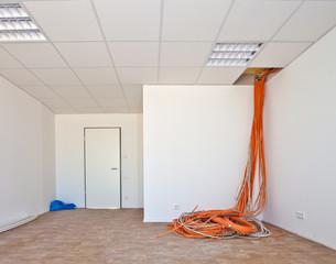 EDV-Raum mit Kabel aus der Decke hängend