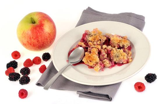 Assiette de crumble pomme, framboises et mûres