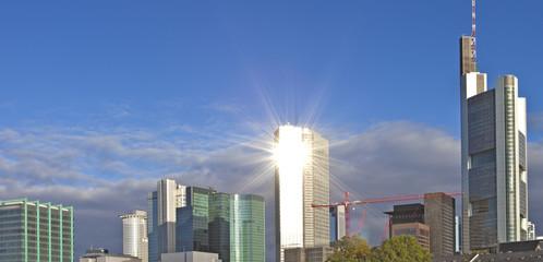Skyline mit spiegelnder Sonne