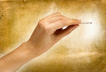 mano con pennino su sfondo anticato