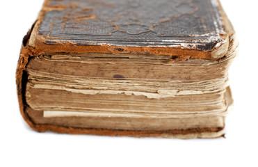 vieux livre ancien isolé sur blanc