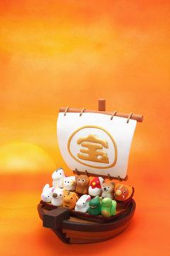 日の出の宝船と可愛い十二支の人形 縦