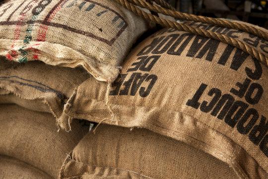Jutesäcke mit Kaffeebohnen im Lagerhaus