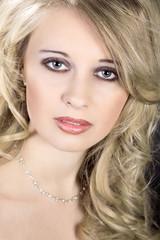 Junge hübsche blonde Frau  mit tollem Make Up