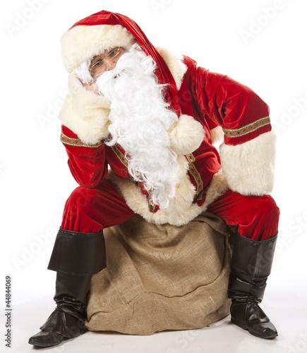 pere noel assis Père Noël assis sur sa hotte