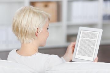frau liest ein ebook