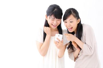スマートホンを見る女の子二人