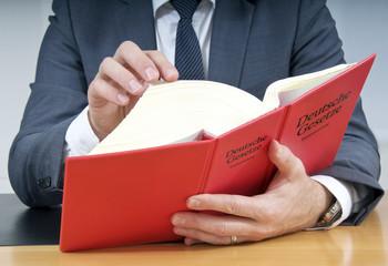 Notar oder Anwalt liest im Deutschen Gesetzbuch