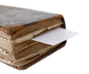 carte blanche entre les pages d'un vieux livre