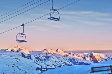 Lever du soleil sur les Alpes, remontée mécanique