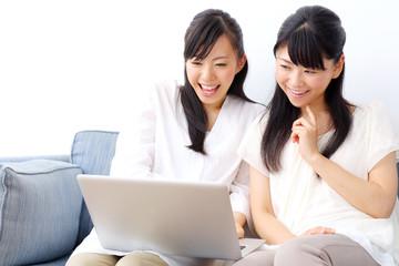 インターネットをする女の子二人