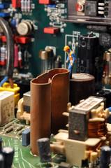 Miniatur Arbeiter auf Mainboard / in Computer 3