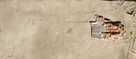 Ściana z cegły z tynkiem