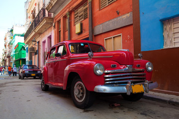 Autocollant pour porte Voitures de Cuba Vintage red car on the street of old city, Havana, Cuba
