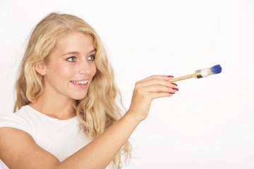 Junge Frau beim Malen