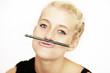 junge Frau albert mit Stift