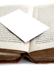 carte blanche déposée sur un livre ancien