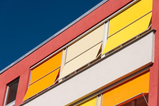 Fassade mit farbenfrohem Sonnenschutz