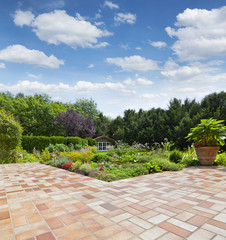 Fototapeta Gartenanlage mit Teich und Terrasse