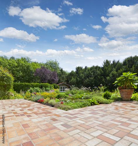 quotgartenanlage mit teich und terrassequot stockfotos en
