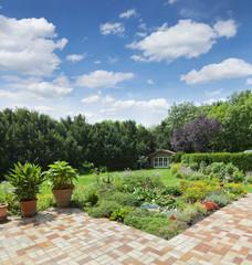 Bilder und videos suchen terrassenfliesen for Gartenanlage mit teich