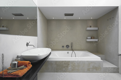bagno moderno con vasca da bagno\
