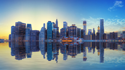 Fototapete - Coucher de soleil sur la skyline de Manhattan, New York.