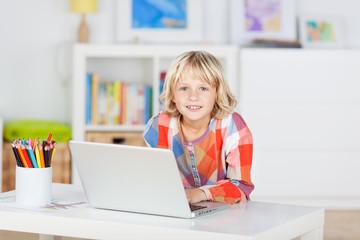 grundschulkind mit laptop