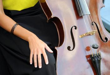 Mujer con violonchelo