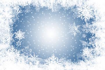 natürlich gewachsene Eiskristalle und Schnee auf Blau