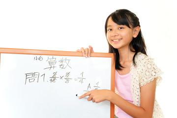 ホワイトを使って算数の勉強をしている女の子