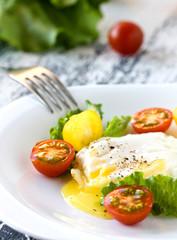 scrambled eggs and fresh tomatoes
