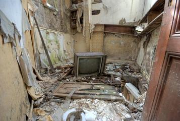 Vieille télé dans un hôtel à l'abandon