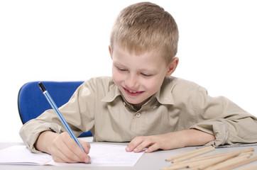 chłopiec rysujący w klasie