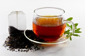 Schwarzer Tee und Beutel