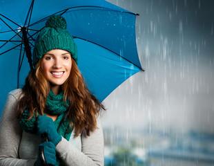 Mädchen mit Regenschirm, lachend